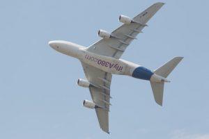 Flyreiser innenlands og utenlands er punkter på kortet. Fri bruk, pexels.com