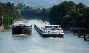 Frakteskip på Donau. pxfuel.com lisens CC0 - fri bruk